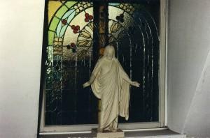 Kristus-figur i opgang til Martinus' lejlighed på Mariendalsvej 94. Nu er Martinus' Mindestuer et museum, så man kan se hvordan Martinus boede