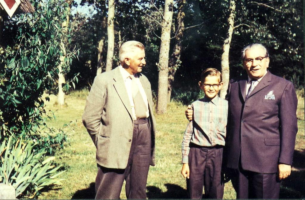 Fra venstre Jacob Therkelsen (1902-1989), Ole Therkelsen 11 år og Martinus i Martinus Center Klint, den 15. juli 1959. Foto Herdis Therkekseb