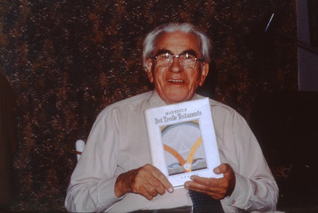 "Martinus 88 år i 1978 med sin bog ""Det Tredie Testamente"""