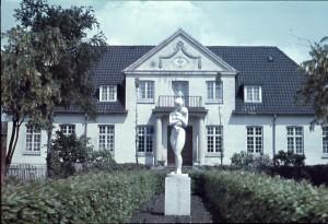 Martinusov centar u Klintu je međunarodni obrazovni centar za ljude koji su zainteresirani za Martinusovu kozmologiju. Centar se nalazi na obali na slikovitom, mirnom području blizu sela Klint, približno 110 km sjeverozapadno od Kopenhagena. Najbliži grad je Nykøbing Sjælland, koji se nalazi oko 6 km od centra. Ovdje je 1935 Martinus osnovao centar za odmor, koji se tijekom godina razvio u moderni obrazovni centar sa salom za predavanja, studijskim sobama, vegetarijanskim restoranom, različitim vrstama smještaja i mjestom za kampiranje.