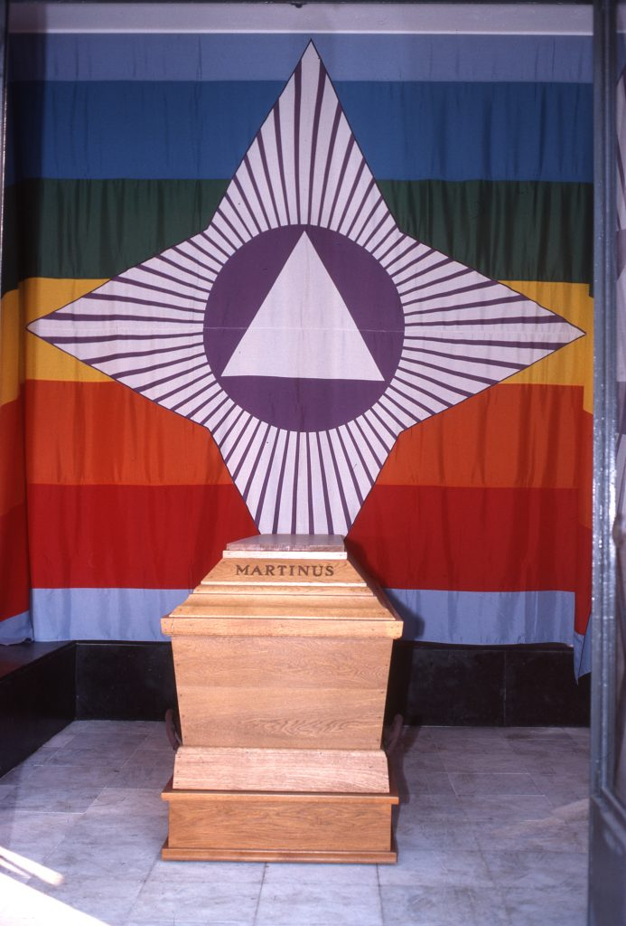 Martinus blev balsameret i 1980 og hans kiste med Sagens flag står på Frederiksber Kirkegård.