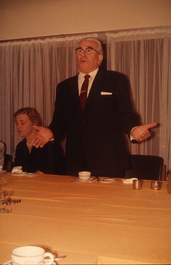 Kaffebord ved Martinus fødselsdag på Hotel Marina, Vedbæk, ca. 1977. Gerda Kyed Odens til venstre