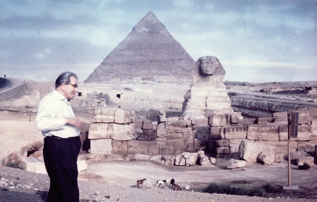 Martinus foran sfinksen og Cheopspyramiden i 1961, Giza, Ægypten