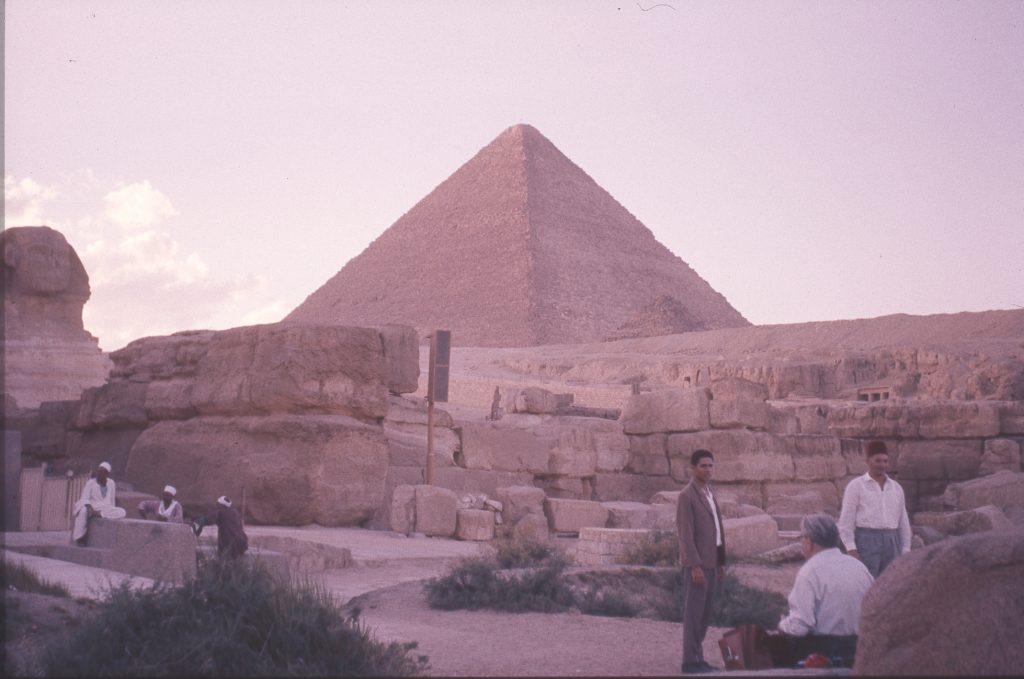 Martinus siddende mellem sfinksens forben foran Cheops pyramiden. Giza, Ægypten