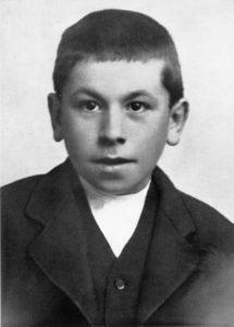 Martinus 11 år fotograferet i Sindal Stationsskole i 1901. Martinus barndomhjem Moskildvad ligger i Sinddal